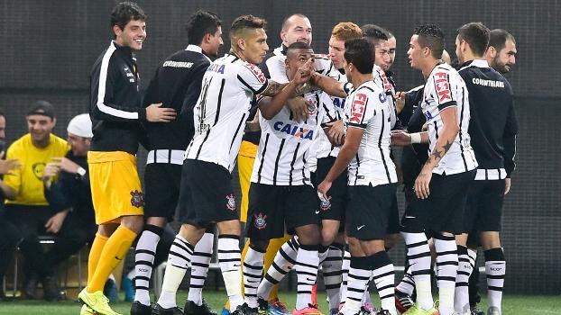 Malcon comemora seu primeiro gol com a camisa corintiana no profissional com apenas 17 anos de idade. (Foto: Gazeta Press)