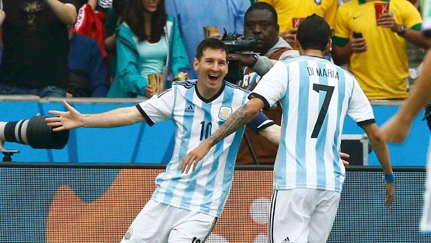 Messi celebra gol com Di Maria, agora o argentino divide artilharia com Neymar. (Foto: Getty)