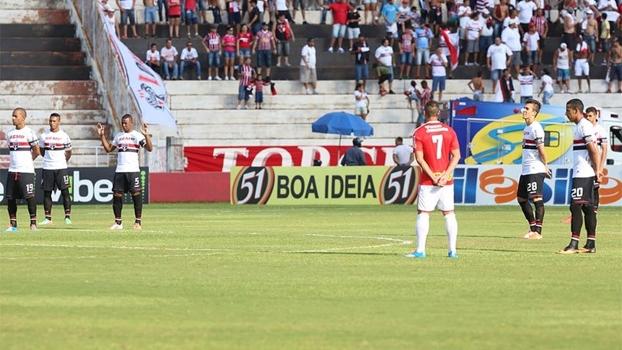 Antes da bola rolar, São Paulo e Botafogo-SP homenagearam Bellini com um minuto de silêncio. Foto: Divulgação).