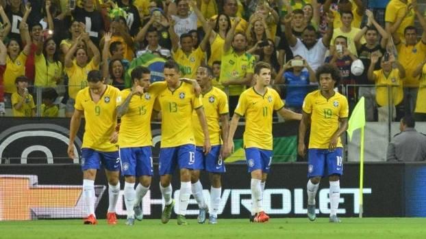 Jogadores brasileiros comemoram gol. (Foto: Gazeta Pres)