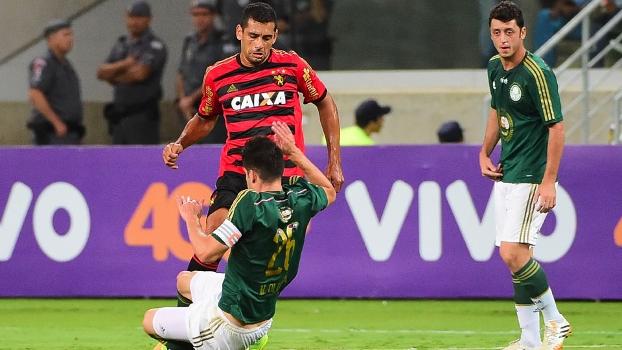 Diego Souza ex-palmeiras faz jogada acompanhado de perto por Nathan