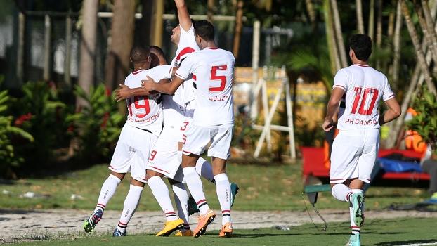 Jogadores do Tricolor comemoram gol de Luis Fabiano. (Foto: Gazeta Press)