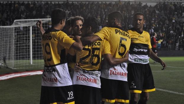 Jogadores do Criciúma comemoram o gol que deu a vitória a equipe catarinense. (Foto: Gazeta Press)