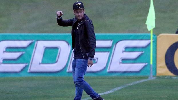 Neymar JR chegando ao campo na Granja Comary, após ter sofrido contusão contra a Colômbia e não ter participado da semifinal contra a Alemanha. (Foto: Vipcomm)