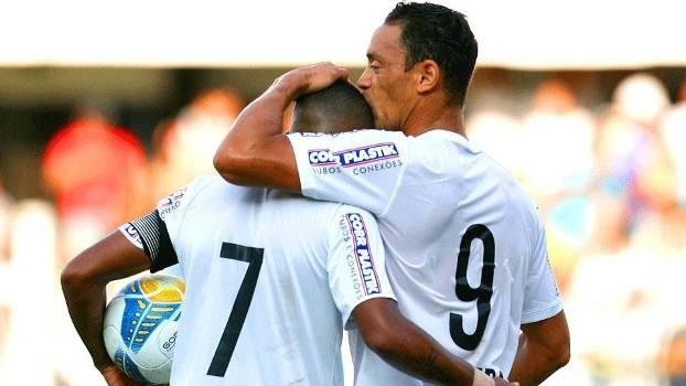 Ricardo Oliveira comemora com Robinho, mais um gol santista. (Foto: Gazeta Press)