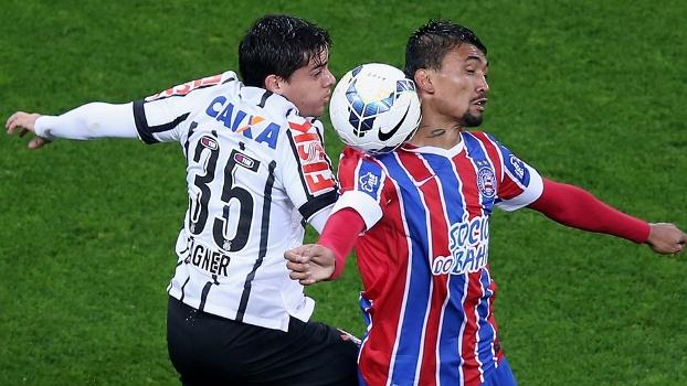 Fagner e Kieza disputam bola no empate desta noite pela 15º rodada do Brasileirão. (Foto: Gazeta Press)
