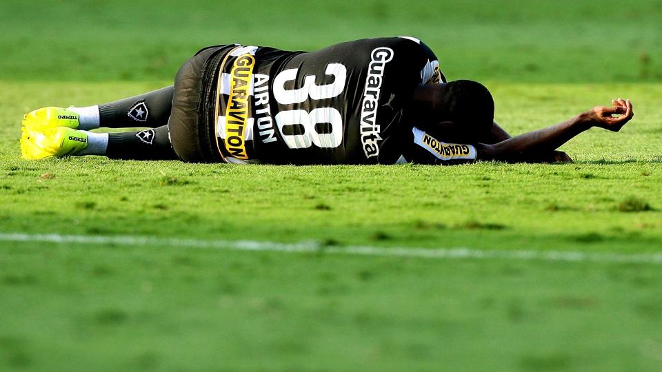 Airton se joga ao solo após confirmação do rebaixamento do Botafogo. Foto: Getty).