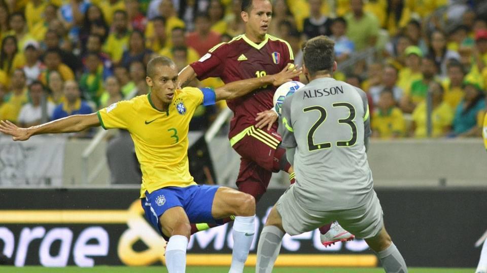 A defesa foi o ponto fraco da equipe brasileira em Fortaleza. (Foto: Gazeta Press)