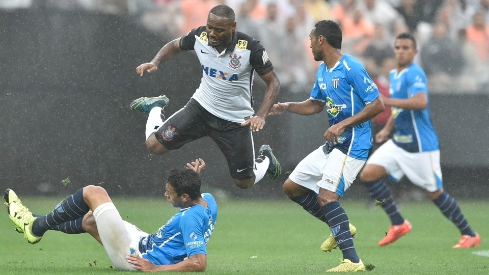 Vagner Love em disputa de bola com zaga catarinense. (Foto: Gazeta Press)