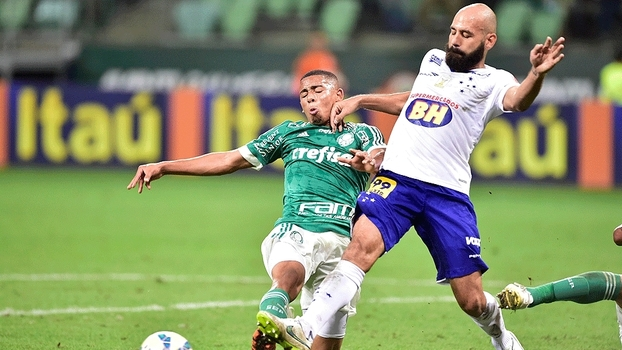 Gabriel luta por bola com Bruno Rodrigo. (Foto: Gazeta Press)