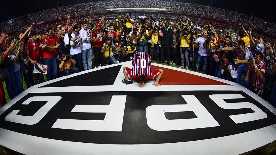 Ceni beija simbolo do São Paulo no Morumbi em sua despedida dos gramados. (Djalma Vassão/Gazeta Press)