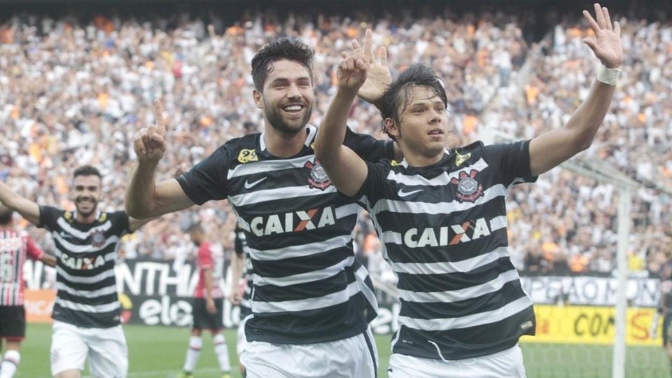 Romero comemora ao lado de Felipe a goleada na Arena Corinthians. (Foto: Gazeta Press)