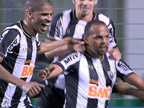 Alecssandro comemora o terceiro gol da partida. (Foto: Reprodução)