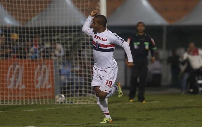 Ademilson comemora gol de empate