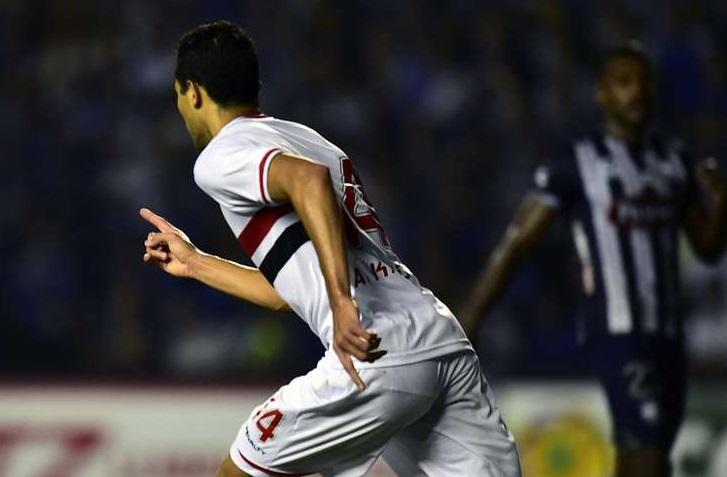 Alan Kardec comemora o gol de empate do tricolor na partida contra o Emelec. (Foto: Rodrigo Buendia / AFP)