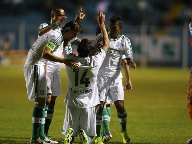 Jogadores do verdão comemoram golaço de Alan Kardec. Foto: Marcello Zambrana / Inovafoto / Gazeta Press