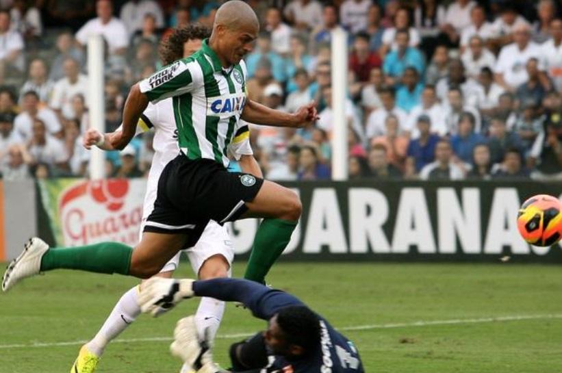 Alex passa por Aranha para marcar o primeiro gol da partida (Guilherme Dionizio / Gazeta Press)