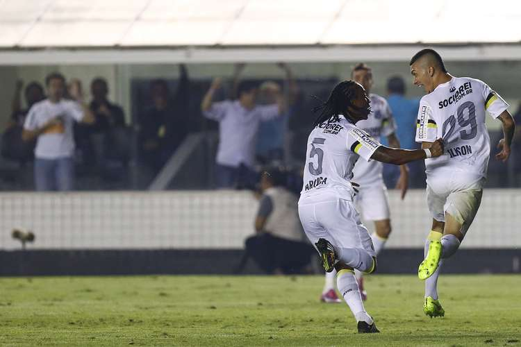 Alisso e Arouca comemoram o segundo gol santista. Foto: Ricardo Saibun / Gazeta Press
