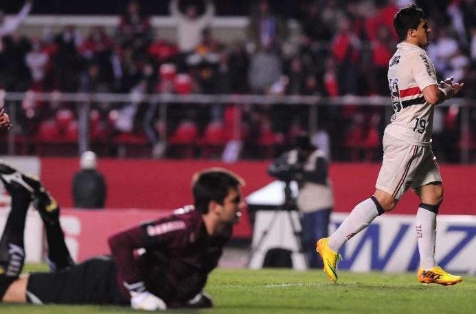 Aloisio comemora seu gol na partida. O atacante mostrou garra durante os 90 minutos.  Junior Lago UOL