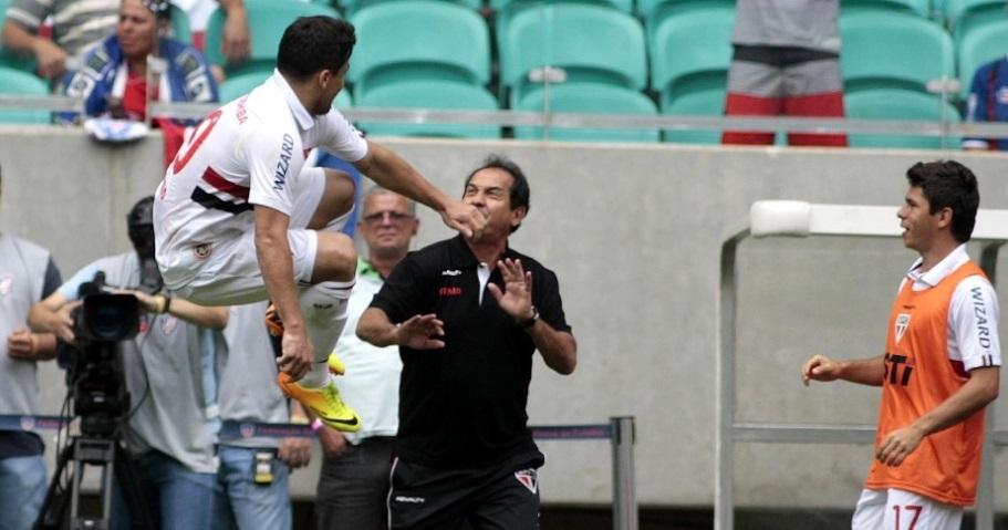 Aloisio correu para o banco para comemorar o gol junto com todo os jogadores Edson Luiz