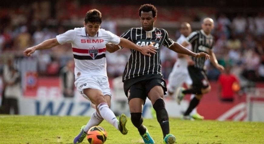 Aloisio disputa a bola com o zagueiro Gil em partida que terminou empatada no Morumbi Simon Plestenjak