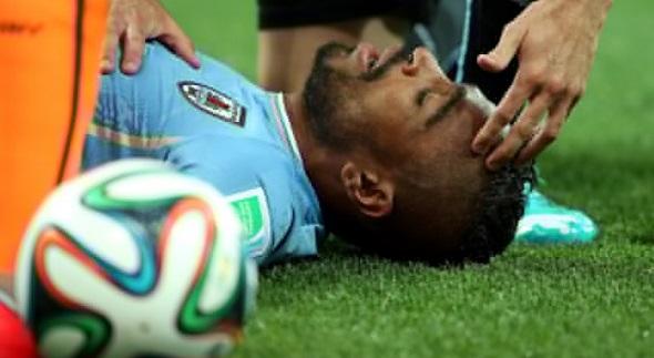 Alvaro Pereira levou a pior em dipusta de bola e ficou desacordado por um instante. (Foto: Richard Heathcote/Getty Images)
