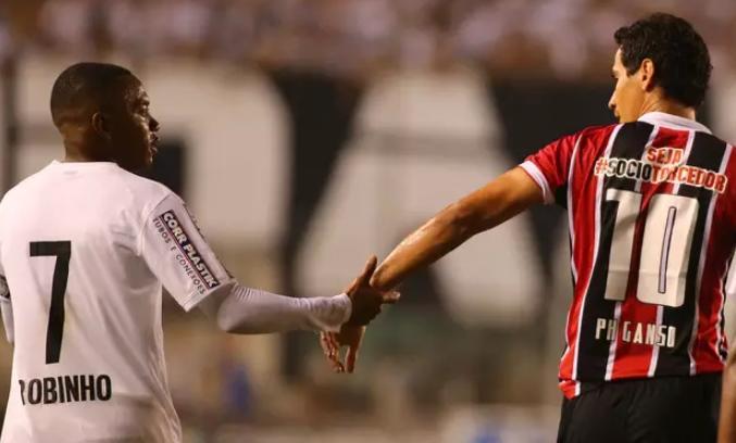 Amigos, somente um foi protagonista na Vila nesta noite. Foto: Marcos Bezerra / Futura Press