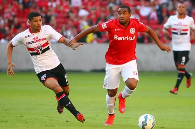 Anderson disputa a bola com Denilson no Beira-Rio. (Foto: Foto: Lucas Uebel / Getty Images)