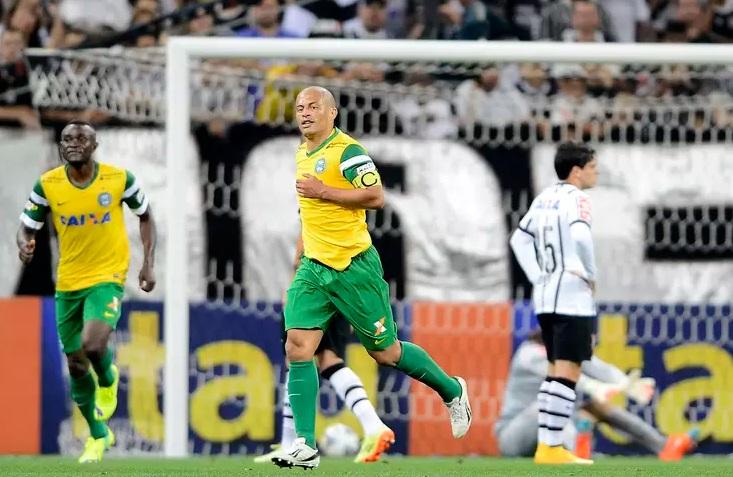 Aos 37 anos, Alex foi o nome do jogo, com um gol e uma assistência. (Foto: Mauro Horita / Agif/Gazeta Press)
