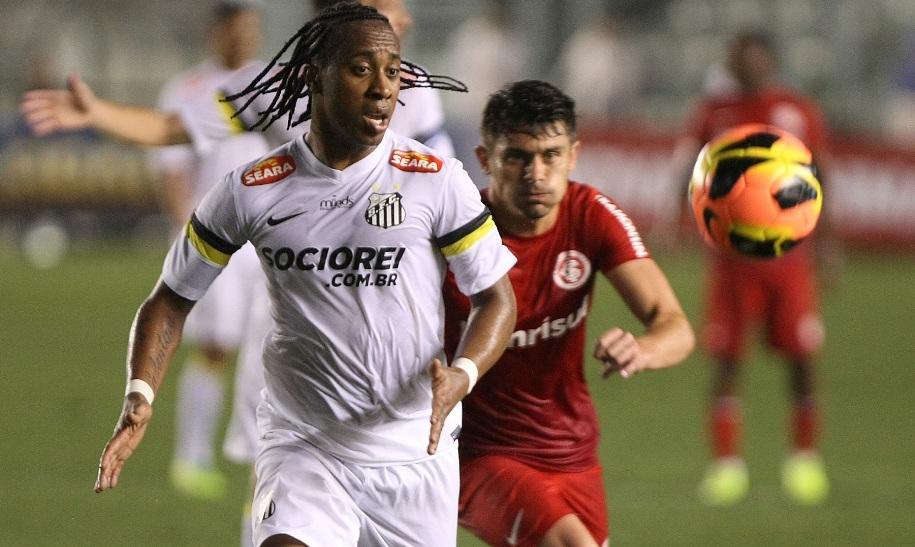Arouca disputa bola com Alex em partida que terminou empatada na Vila Lucas baptista Futura press