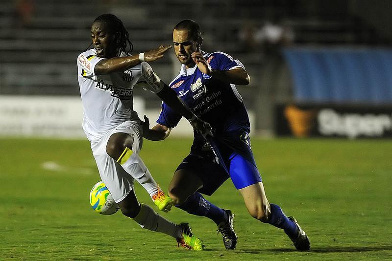 Arouca disputa bola no meio de campo com atleta do Rio Claro. Foto: Ivan Storti