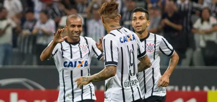 Artilheiros da noite, Sheik e Guerrero se comprimentam apos mais um gol. (Foto: Anderson Rodrigues / Ag. Estado)