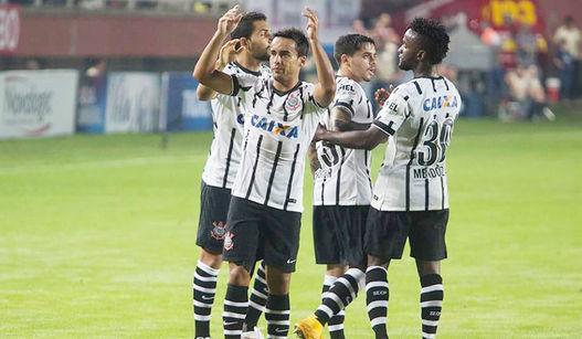 Jogadores comemoram gol com Jadson. (Foto: Lance)