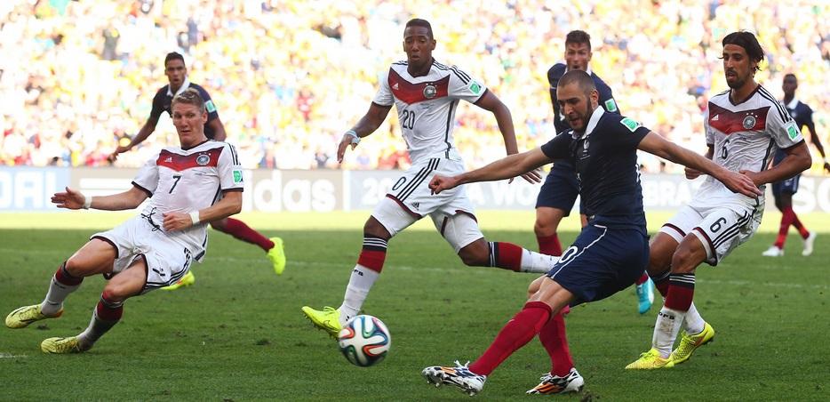 Benzema, cercado por quatro, pouco conseguiu produzir no segundo tempo da partida. (Foto: Getty Images)