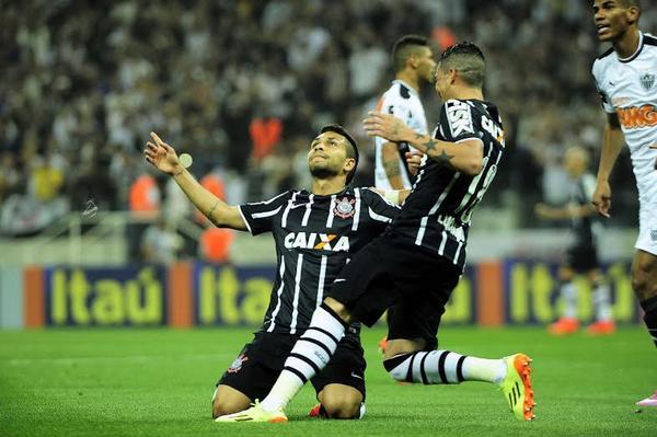 Petros comemora o gol que deu a vitória ao Corinthians. (Foto: Marcos Ribolli)