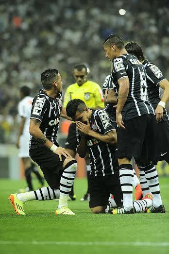 Petros chora após marcar o gol. (Foto: Marcos Ribolli)