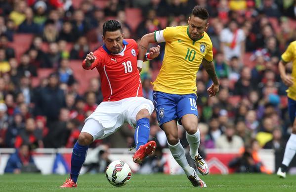 Neymar disputa bola contra marcador chileno. (Foto: Reprodução)