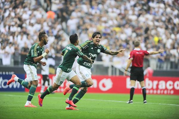 Vitor Ramos comemora abertura no placar no clássico. (Foto: Marcos Ribolli).