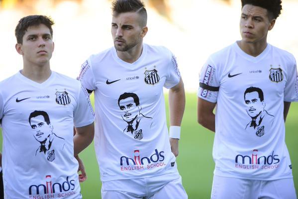 Camiseta santista com rosto de Zito e agradecimento ao ídolo nas costas com a frase: Obrigado Zito. (Foto: Marcos Ribolli)