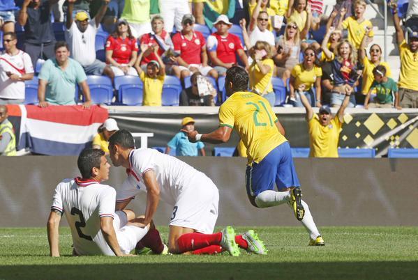 Hulk correr para comemorar seu gol. (Foto: site CBF)
