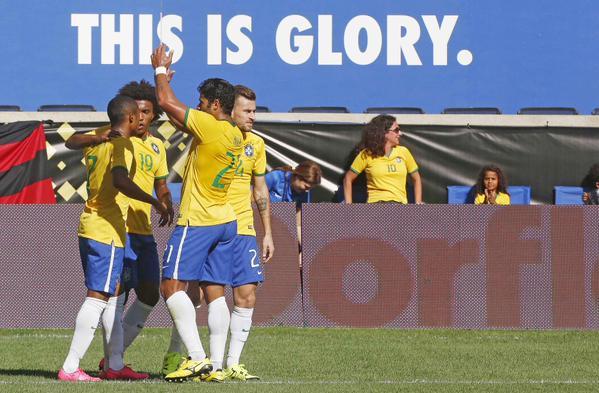 Jogadores brasileiros comemoram gol da vitória. (Foto: site CBF).