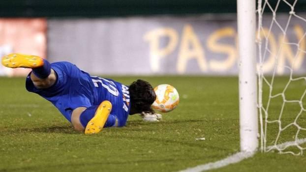 Cássio deixa a bola escapar e sofre primeiro gol. (Foto: Gazeta Press)