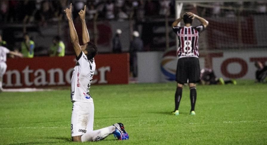 Zagueiro Cesar da Ponte Preta, ajoelha e comemora gol da classificação da Macaca em Mogi Mirim contra o São Paulo (Foto: Rodrigo Capote/UOL)