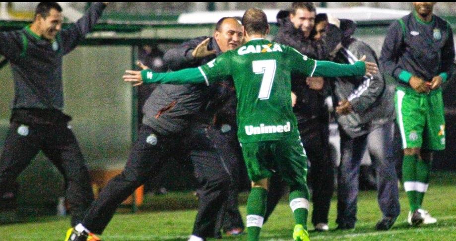 Tiago Luís comemora gol da Chapecoense sobre o Palmeiras JARDEL DA COSTA/FUTURA