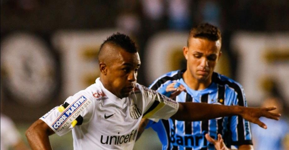 Jogadores de Santos e Grêmio lutaram muito, mas pouco fizeram.( Foto: Bol)
