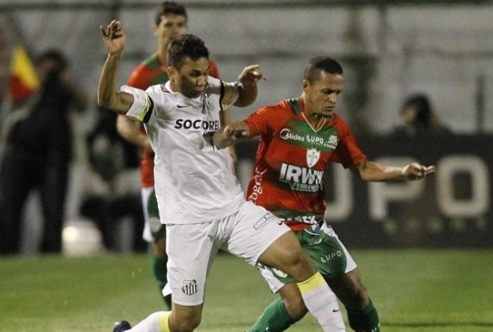 Com Souza, o meio campo da Lusa foi superior ao santista na partida desta noite(Foto: Reinaldo Canato/UOL)