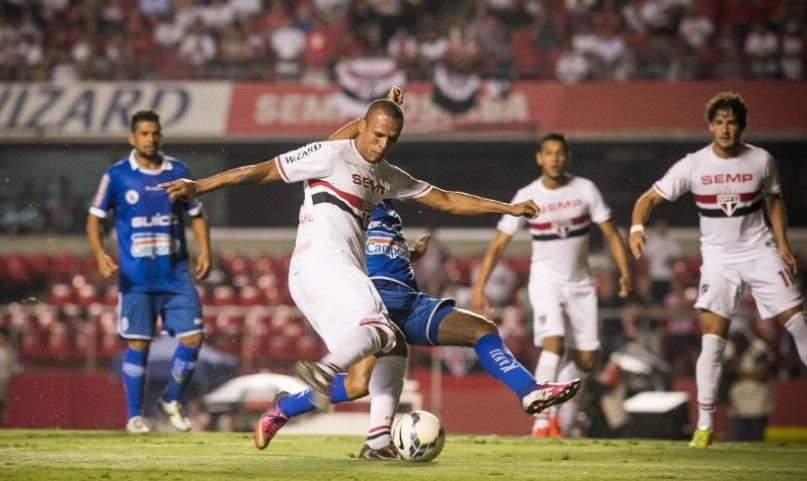 Com dois gols na partida, Luis Fabiano chegou em Teixerinha como o terceiro maior artilheiro do clube (Foto: Rodrigo Capote/UOL)