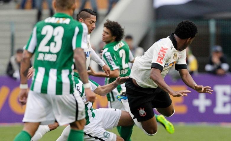Corinthians e Coritiba fizeram uma partida aguerrida no Pacaembu neste domingo Reinaldo Canato UOL
