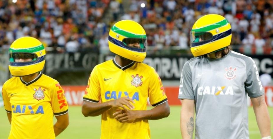 Corinthians homenageia senna usando capacetes parecidos com o que o tricampeão de F1 usava. (Foto: Rodrigo Coca/ Foto Arena)