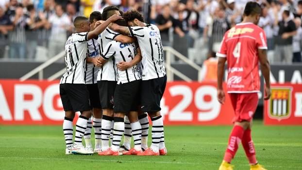 Jogadores comemoram o primeiro do Corinthians. (Foto: Gazeta Press)